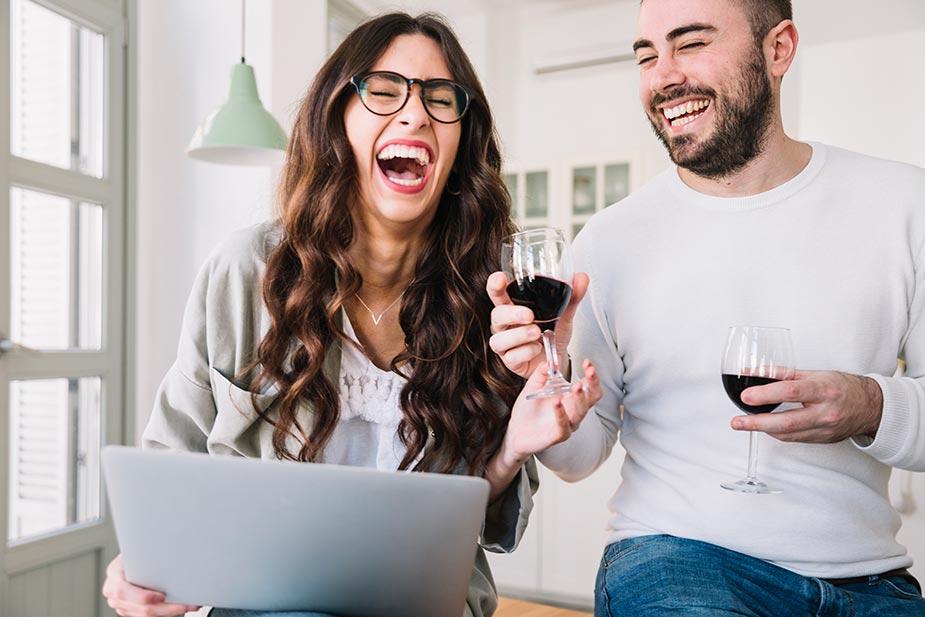 mladić i devojka se grohotom smeju - smeh kao lek