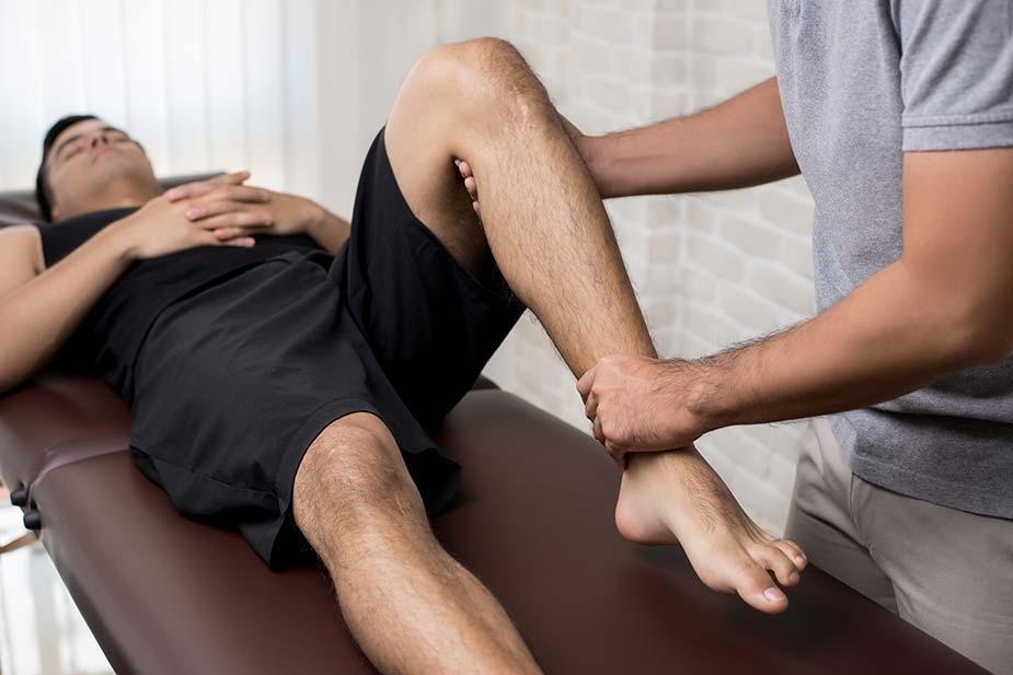 terapeut savija koleno pacijentu radi rehabilitacije