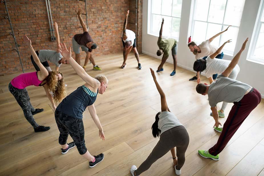 grupa vežba u zatvorenom prostoru