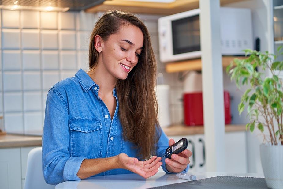mlada žena meri nivo šećera u krvi - dijabetes - šećerna bolest